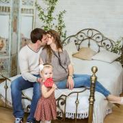 Семейная фотосессия в студии, вязаная стена, детский фотограф, девочка, семья, поцелуй
