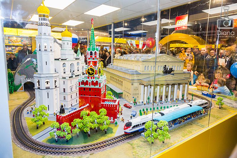 Lego инсталляция в Детском мире