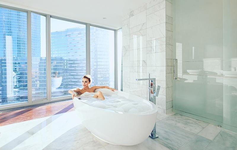 Фотостудия Москва сити, вид на небоскребы, студия с ванной, панорамные окна